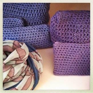 LAURETTA crea e produce semplici e utili oggetti di uso quotidiano. Bustine, grembiuli, cappellini, le sorprese di Laura non finiscono mai…